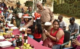The President serving the soldiers. (Ministry of the Presidency photo)