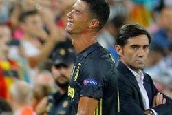 Juventus' Cristiano Ronaldo reacts after he is sent off while Valencia coach Marcelino Garcia looks on REUTERS/Heino Kalis.