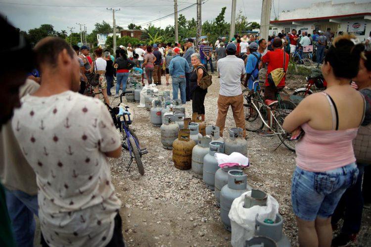 People waiting in line to buy cooking gas Reuters/Fernando Medina