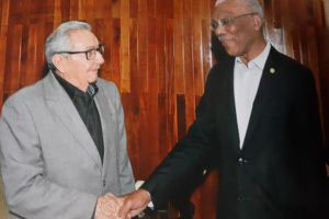 President David Granger [right) greeting Raul Castro (Ministry of the Presidency photo)