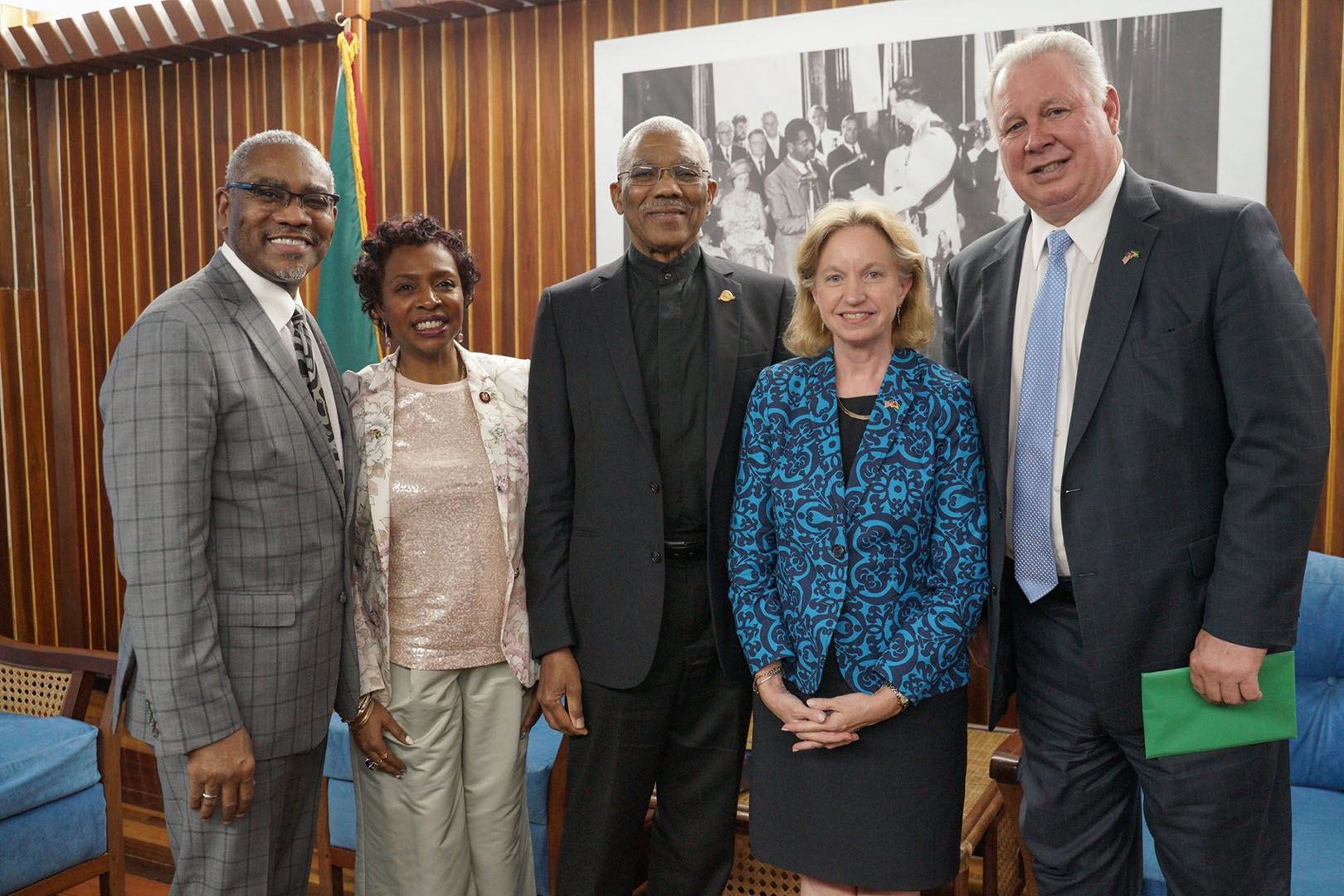 President David Granger [centre) with Congressman Albio Sires, Chairman of the Western Hemisphere, Civilian Security and Trade Subcommittee (right), US Ambassador to Guyana, Sarah-Ann Lynch (second from right), Congressman Gregory Meeks (left) and Congresswoman Yvette Clarke. (Ministry of the Presidency photo)