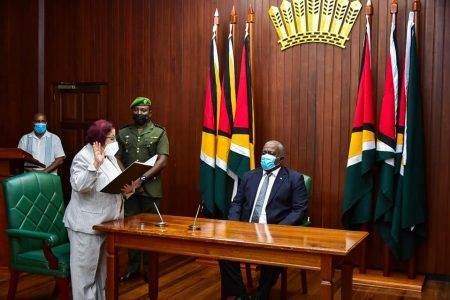 Gail Teixeira taking the oath of office (Office of the Prime Minister photo)