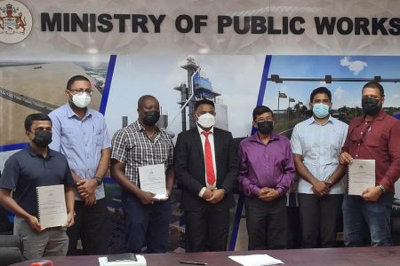 The contractors and ministry officials (Ministry of Public Works photo)